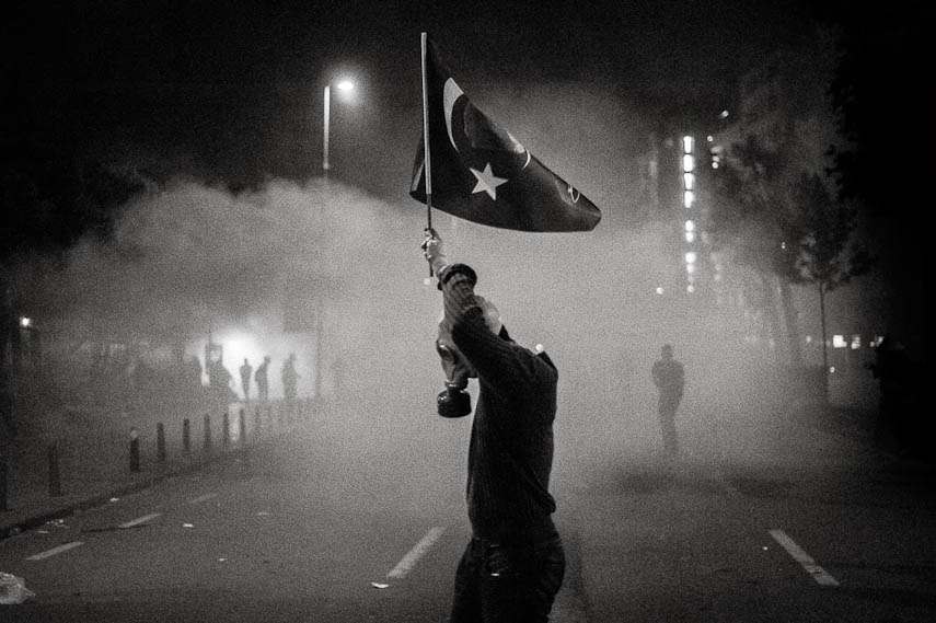 A demonstrator with a gas mask holds the Ataturk flag, which has been banned by government in coincidence of the protests. Istanbul 16/06/2013